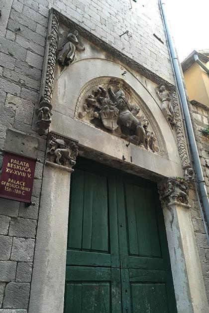 Puerta del Palacio . Foto © Silvia Lucero
