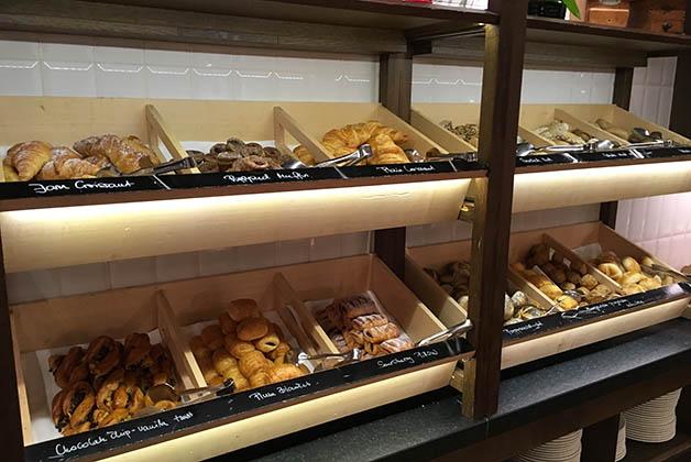 Barra con todo tipo de panes. Foto © Patrick Mreyen