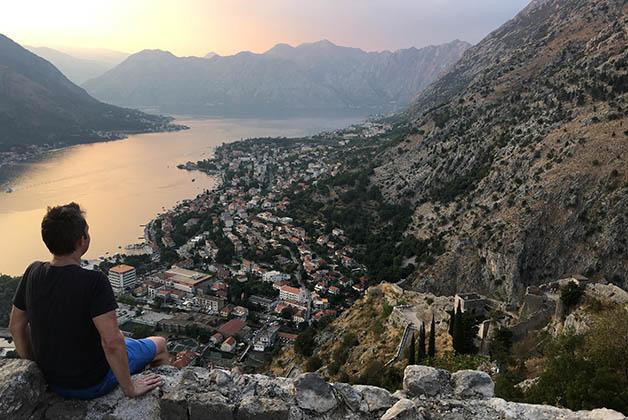 El bello atardecer desde la cima, con el pueblo de Kotor a los pier. Foto © Silvia Lucero