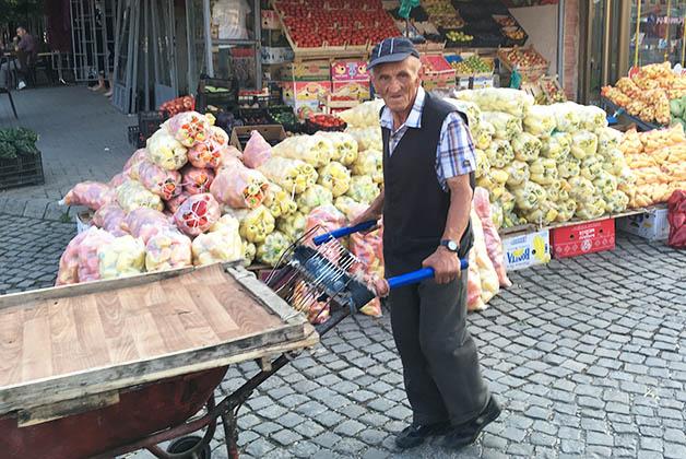 Mercado en Pristina. Foto © Silvia Lucero