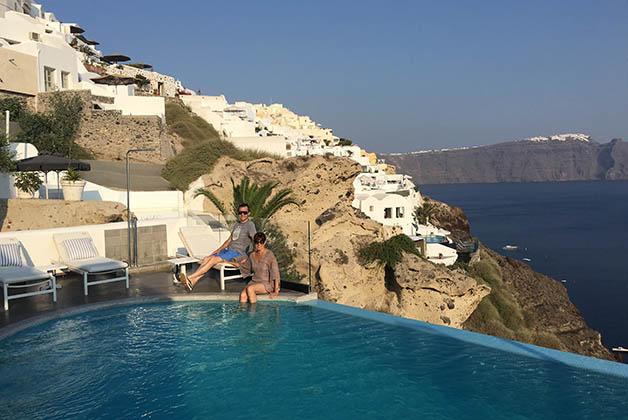 Piscina infinity en el Santorini Secret Suites & Spa. Foto © La Trotamundos
