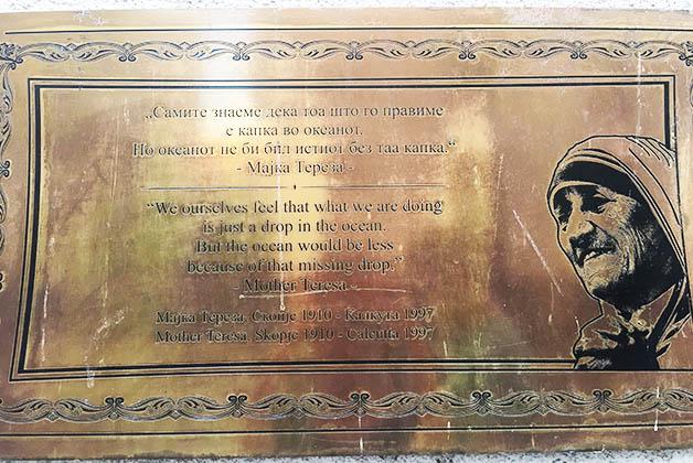 Las placas con mensajes de la Madre Teresa de Calcuta que puedes encontrar por la ciudad. Ésta me gustó. Foto © Silvia Lucero