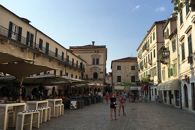 Todas las plazas están llenas de vida con sus restaurantes y comercios. Foto © Silvia Lucero