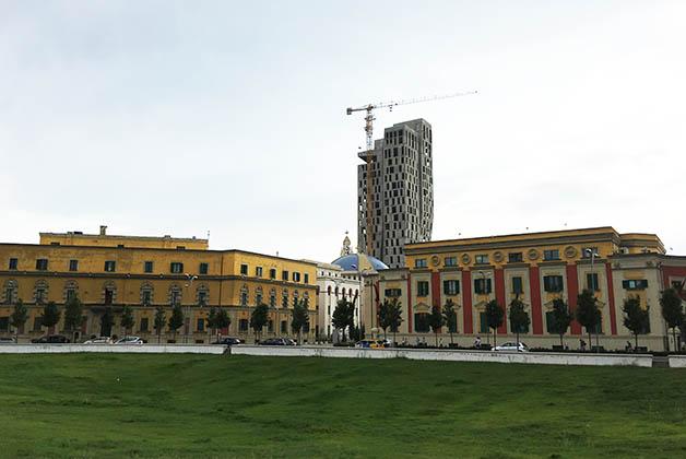 El Ayuntamiento resalta mucho con ese amarillo. Foto © Patrick Mreyen