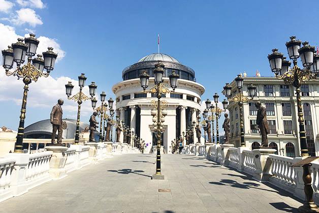 Al cruzar el Puente del Arte, se encuentra el pomposo edificio de la Policía. Foto © Silvia Lucero
