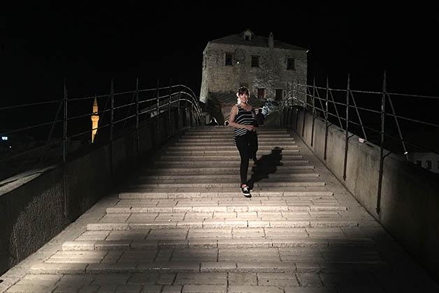 Cruzando de noche el resbaladizo puente Stari Most. Foto © Patrick Mreyen