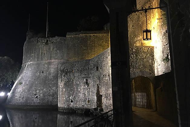 Puerta del Mar y parte de la muralla de noche. Foto © Patrick Mreyen
