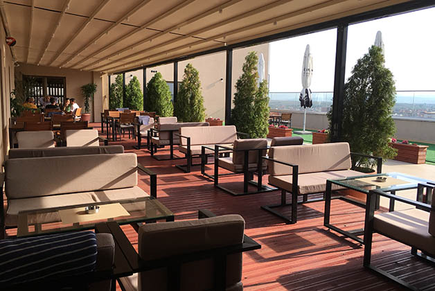 Restaurante en la terraza. Foto © Silvia Lucero