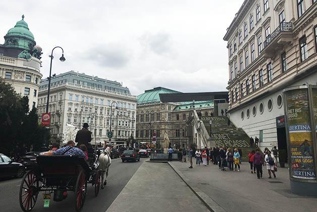 Me encantó ese cruce de calles donde se encuentra el Museo Albertina, el Hotel Sacher y la Ópera. Foto © Silvia Lucero