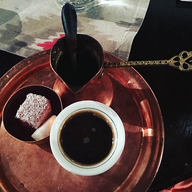 Café bosnio, que nos dijeron que teníamos que morder un poco de terrón de azúcar y luego beber el café. Foto © Silvia Lucero