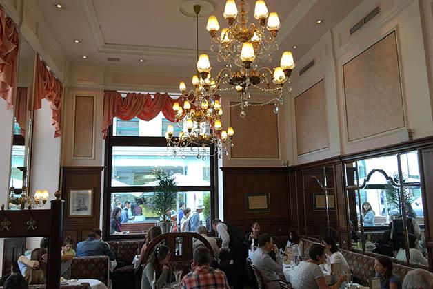 Donde está Hotel Sacher puedes para a beber un café con un pastel en el Café Mozart. Foto © Patrick Mreyen