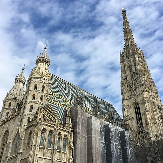 Catedral de San Esteban, con un su torre altísima y sus 200,000 azulejos. Foto © Patrick Mreyen