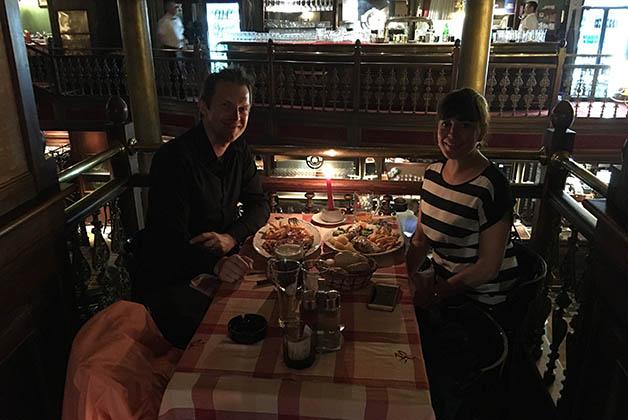 Nuestra última cena en Bosnia, en la histporica cervecería Sarajevska Pivara. Foto © La Trotamundos