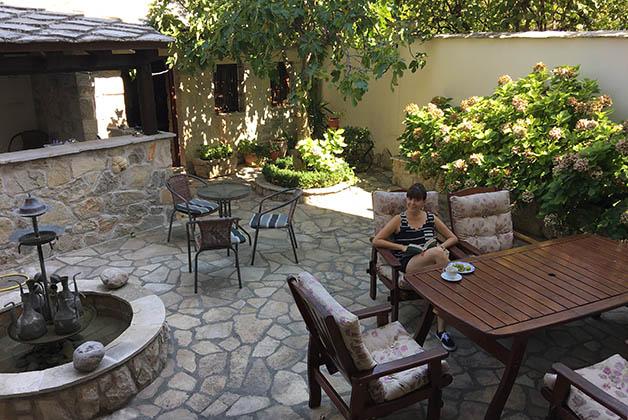 Disfrutando la tranquilidad del patio en el Hotel Villa Fortuna en Mostar. Foto © Patrick Mreyen
