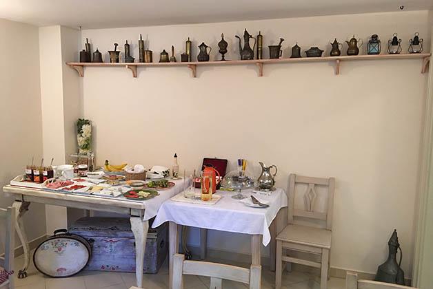 Donde ponen el desayuno puedes apreciar los objetos de cocina de las típicas casas hercegovinas. Foto © Patrick Mreyen