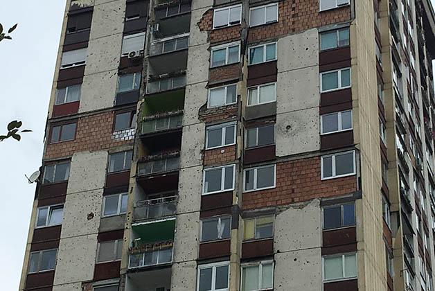 Edificio de apartamentos donde aún pueden verse los hoyos de las balas de los francotiradores. Foto © Patrick Mreyen