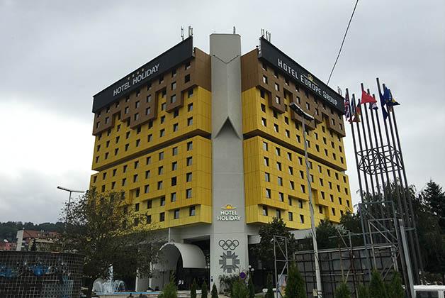 Hotel Holiday, construido para las Olimpiadas de Invierno y donde se concentró la prensa durante la guerra. Foto © Patrick Mreyen