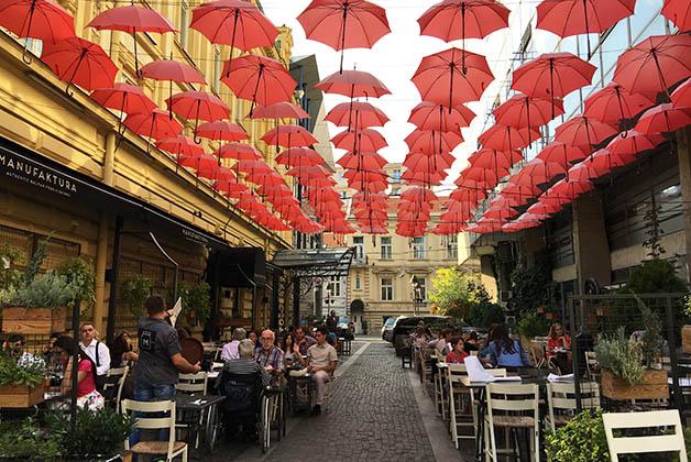 Sombrillas afuera del restaurante Manufaktura, donde cenaríamos esa noche. Foto © Patrick Mreyen