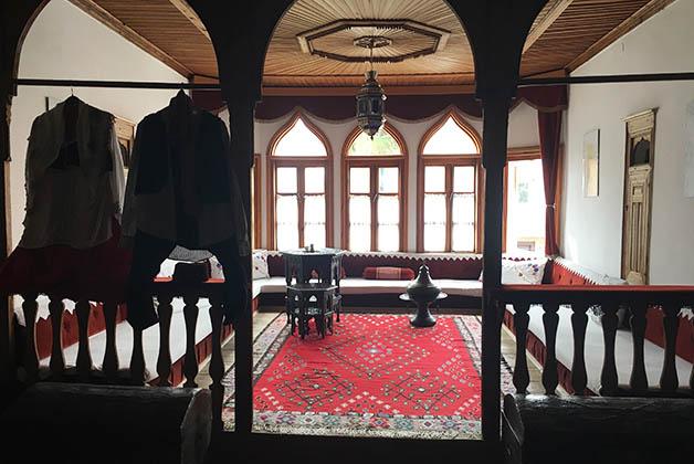 Una de las salas donde también se pueden apreciar dos trajes típicos. Foto © Patrick Mreyen