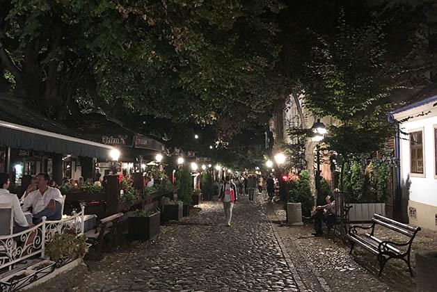 Restaurantes en la calle Skardalija. Foto © Patrick Mreyen