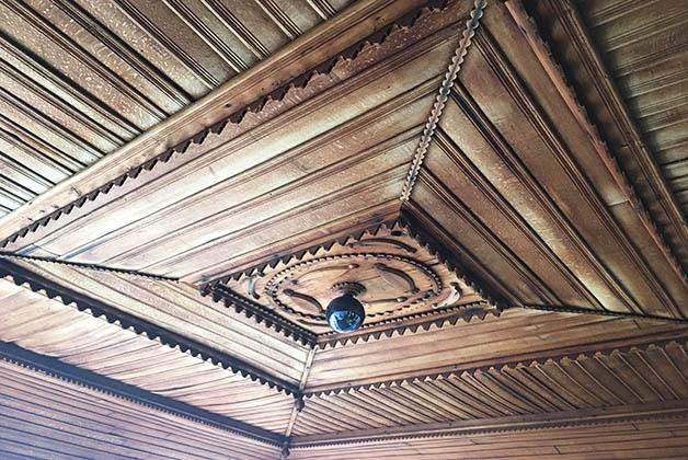 Cada techo era distinto, pero todos tallados en madera ¡eran hermosos! Foto © Silvia Lucero